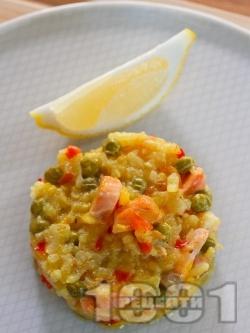 Паеля от ориз с шафран, замразен грах, зеленчуци и морски дарове - калмари и скариди на фурна - снимка на рецептата